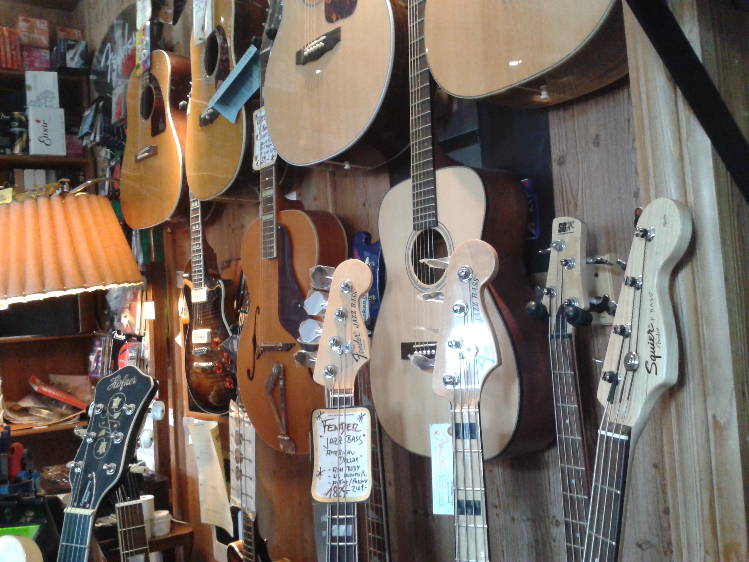 Bässe und Gitarren im Riverside Guitars