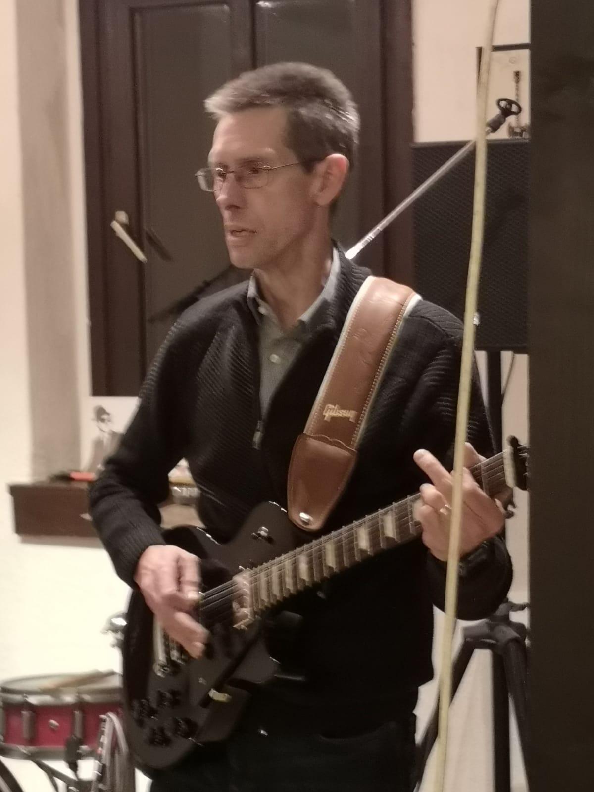 John Lujan an der Gitarre